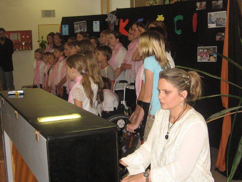 Patnáctých narozenin školy  se zúčastnil také pěvecký sbor.