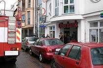 Vodu ze světlíku budovy Oberbank v Kladně museli odčerpat hasiči.