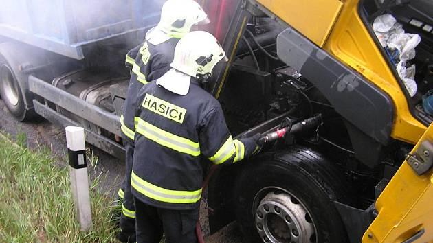 Požár nákladního auta na cestě z Kladna do Loun.