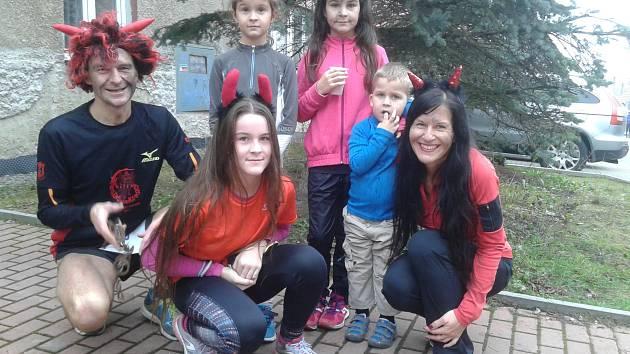 Atlet Metoděj Fikes se svoji rodinou v Unhošti při Čertovské pětce.