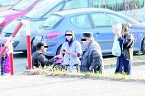 Na pomoc přispěchala důchodci Veronika (uprostřed).