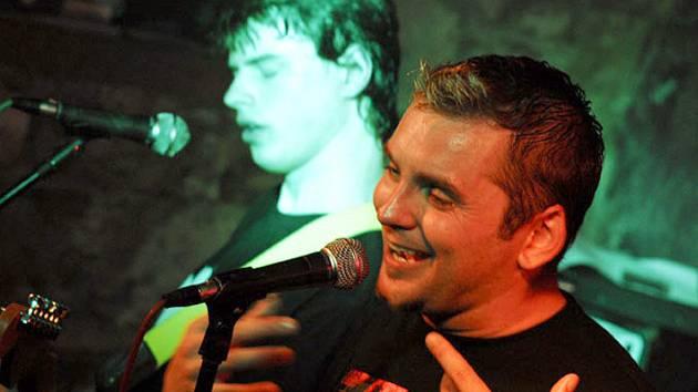 Frontmanem skupiny One je Kladeňák Pavel Maršálek