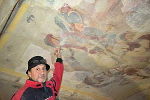V interiéru kostela sv. Jiří pracují restaurátoři a štukatéři. Na snímku Jiří Mašek.
