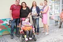 NA SNÍMKU JSOU Baruška a zleva tatínek Roman, maminka Šárka, Hana Kalábová z Dobrotet a Jana Mošová se synem Františkem.