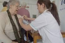 NA AKCI STUDENTI  Střední zdravotnické školy a Vyšší odborné školy zdravotnické Kladno měřili mnoha zájemcům kromě jiného i krevní tlak a tep.