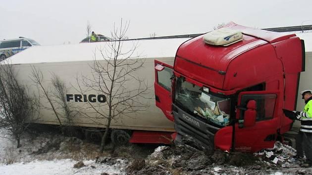 Havarovaný kamion skončil v poli