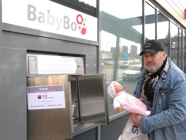 NOVÝ BABYBOX SE nachází hned vedle hlavního vstupu do Oblastní nemocnice Kladno.