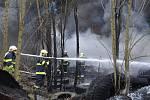 Hořící skládka pneumatik v Kladně je vidět už od Prahy.
