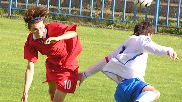 Fotbalu se hraje stále na Kladensku dost. Tuchlovický Michal Kedroň (vlevo) nastoupí proti rezervě SK Kladno.