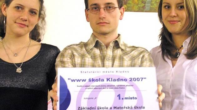 Obsahový tvůrce webových stránek nejúspěšnější základní školy Lukáš Jánský a žákyně deváté třídy Karolína Vojáčková (vlevo) a Nikola Sűssemilchová.