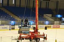Instalace nové multifunkční kostky na ČEZ stadionu v Kladně.