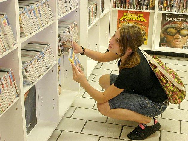 Pestrá nábídka titulů a různé dlouhodobé akce jsou jediným klíčem k přežití DVD půjčoven.