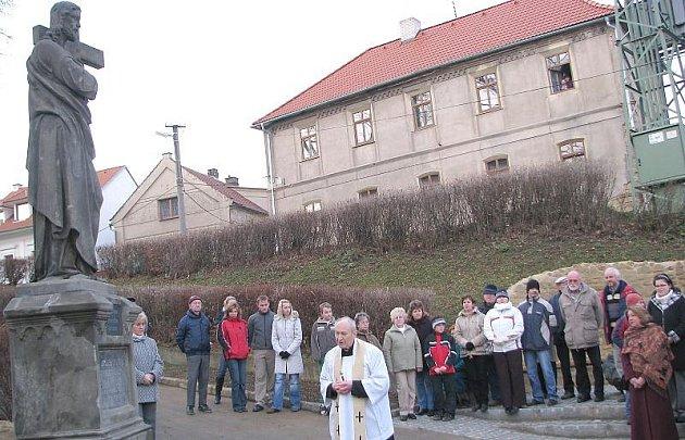 Bývalý družecký farář Jaroslav Ptáček požehnal soše Ježíše Krista