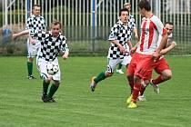 Slovanista Špalek (vlevo), jeden z těch, kdo by si zasloužili cenu za oddanost fotbalu, nasázel do sítě Srbče tři góly