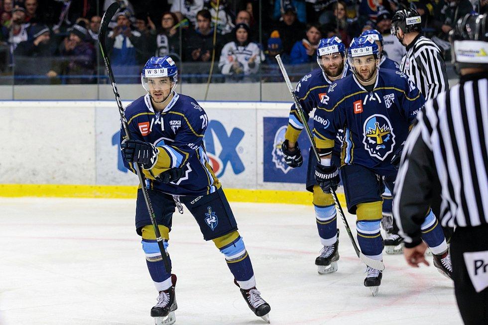 České Budějovice porazily ve čtvrtém zápase série Kladno (v modrém) a snížily stav na 1:3. Daniel Kružík dal první gól.