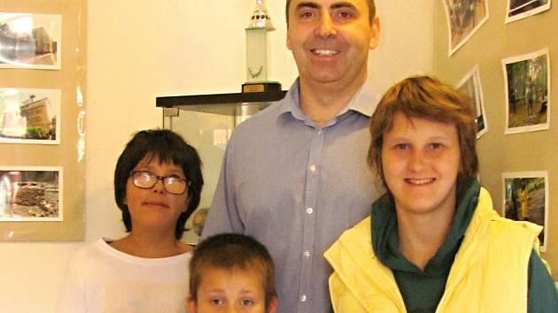 Ředitel Dětského domova se školou Ledce se svými svěřenci ve slánské Dobešce