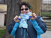 Vajíčkobraní ve Velvarech a pěší putování s vařenými vejci na Karlův most v Praze.