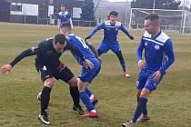 Velvary (v modrém) prohrály s ligovým Žižkovem v Blšanech 0:2.
