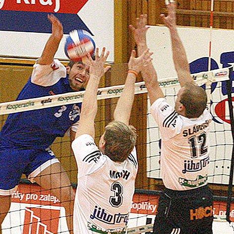 Martin Böhm (v modrém) byl včera výraznou postavou Kladna.