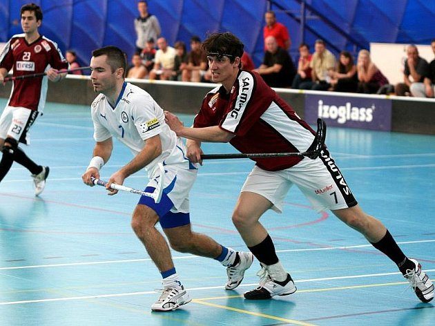 Hrající kapitán Kladna Tomáš Janeček (vlevo) pád do I. ligy neodvrátil.
