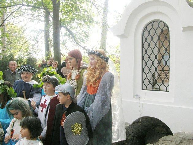 V ŘÍJNU SE U KRÁLOVKY konalo odhalení opravené studánky a děti zde předvedly zdramatizovanou podobu známé pověsti o Elišce Přemyslovně a Královce.