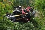 Motorkář skončil u Stehelčevsi po nehodě v porostu u silnice