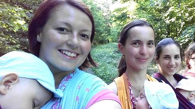 NOSÍCÍ KLADENSKÉ MAMINKY. Zcela zleva je Veronika Petráková s Tomáškem.