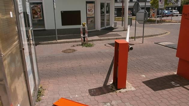 Ačkoliv opilý cyklista závoru téměř zlomil, z kola nespadl.