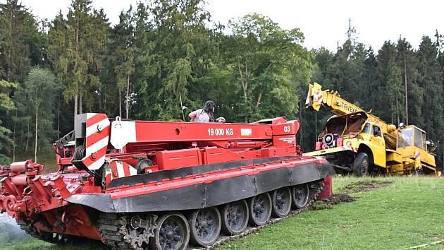 STAVEBNÍ JEŘÁB byl z vody rybníka vytažen speciálním tankem Záchranného útvaru ve Zbirohu.