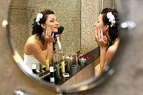 SVATBA. Nevěsta se před obřadem pečlivě připravuje, aby byla pro svého nastávající tou nejkrásnější. Když ale nedorazí oddávající,  nastanou zcela jiné problémy