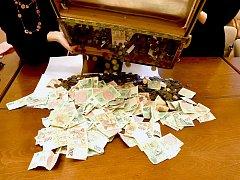 Vysypávání truhly a následné počítání finanční darů dospělo letos k částce 185 tisíc korun.