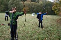Děti i dospělí se mohou naučit střílet z luku i šermovat, vrhat nožem.