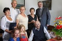 Jan Strnad z Kladna oslavil 102. narozeniny (spodní řada vpravo) popřát mu přišli nejen příbuzní a známí, ale také primátor města Kladna Dan Jiránek