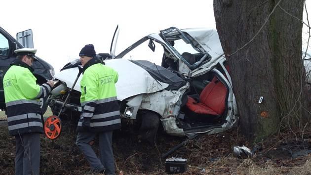 Řidič jedoucí od Slaného skončil svoji cestu ve stromě. Bohužel zaplatil životem