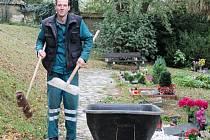 Slánský hrobník Roman Stejskal při práci
