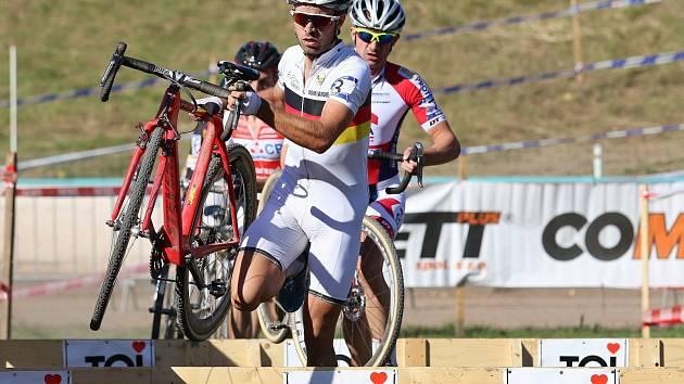 Němec Meisen hájí vedení před Čechem Šimůnkem. Pondělní cyklokrosové závody ve Slaném byly prvním kole Českého poháru.