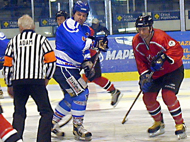 Milan Nový (uprostřed) to s hokejkou pořád umí.