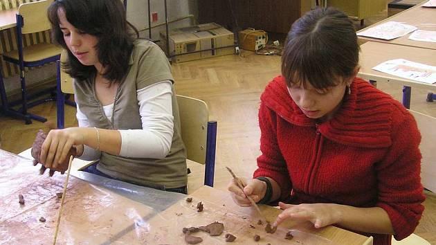 Pravěkou keramiku vyráběli včera mimo jiné studenti gymnázia.