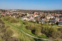 Pohled z výšky na park v Kladně-Švermově, někdejší Motyčín. Město pozemky prodá za zhruba 9 milionů korun.