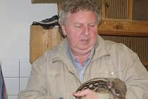 Petr Starý s několikadenním samečkem divokého prasete