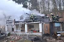 Požár chatu zcela zničil.