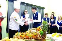 Studenti kladenské hotelové školy získali certifikát o absolvování kurzu studené kuchyně.