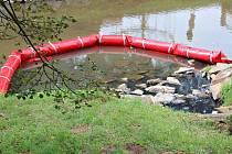 Mluvčí středočeských hasičů potvrdil, že látka ve vodě by neměla být ropného původu.