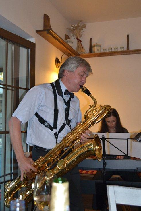 Jazz a swing v kavárně zahráli Laura Vlková a Roman Fojtíček.