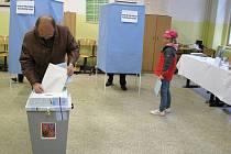 Děti čekaly na své rodiče či prarodiče, až dají hlas svému kandidátu.