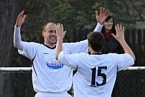 Tomáš Abrhám gratuluje Martinu Fitkovi /// AFK Tuchlovice - SK Doksy 3:0 (0:0), utkání I.A. tř., 2010/11, hráno 23.10.2010