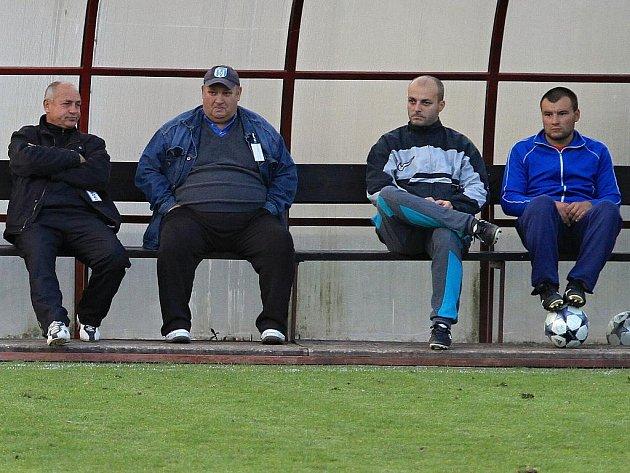 Náladu na lavičce hostí pod druhé brance v síti Dokes vyjadřuje fotografie.Vlevo trenér Jiří  Škvára ///  AFK Tuchlovice - SK Doksy 3:0 (0:0), utkání I.A. tř., 2010/11, hráno 23.10.2010