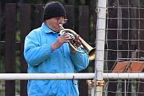 Ke koloritu místního fotbalu patří mnoho let i fanoušek trumpetista // AFK Tuchlovice - SK Doksy 3:0 (0:0), utkání I.A. tř., 2010/11, hráno 23.10.2010