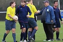 Martin Škvára si ještě vyjasňuje některá sporná rozhodnutí ... // AFK Tuchlovice - SK Doksy 3:0 (0:0), utkání I.A. tř., 2010/11, hráno 23.10.2010