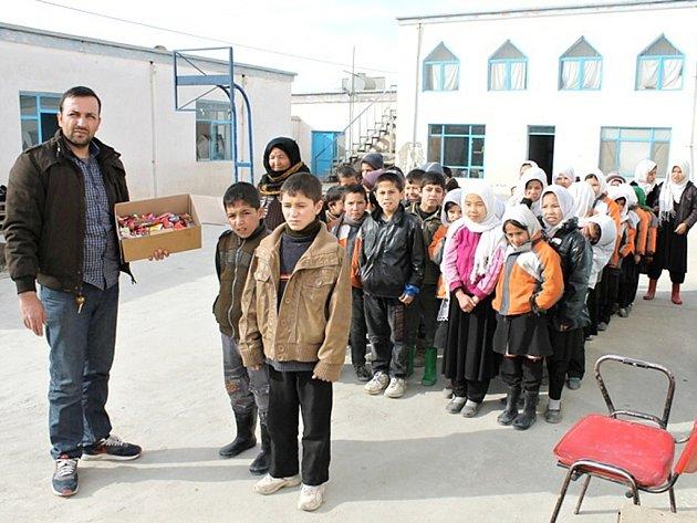 Oblečení putovalo z vojenské nemocnice sirotkům a postiženým dětem v Kábulu.